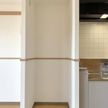 【LDK】サイドには高さのある冷蔵庫も置けそうです。