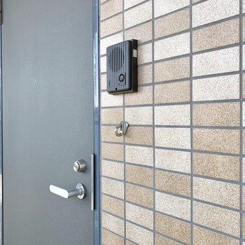 玄関扉脇にもリードフックがありました。