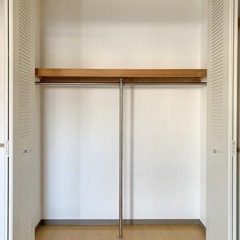 【洋室5.0帖】取りやすい位置にパイプが設置されています。