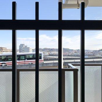 【洋室5.4帖】眺望は少し大きめの県道。音はそれほど気になりません。