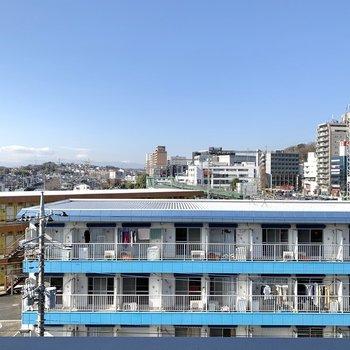 この眺望がとてもタイプです。向かいの建物の色合いと空がマッチしています。