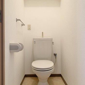 トイレには棚があるので足元が広く使えますよ。