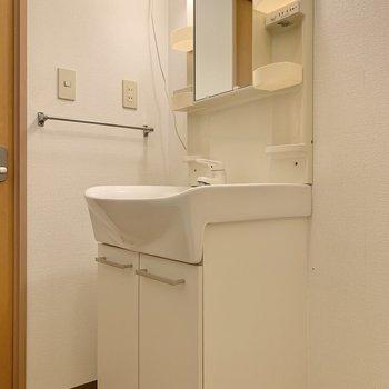 洗面台脇に体重計や珪藻土マットを立て掛けておけそうですよ。