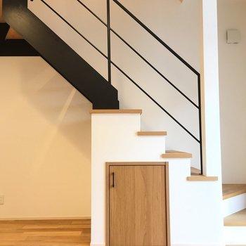 階段下に扉が!※写真は反転間取り別部屋のものです
