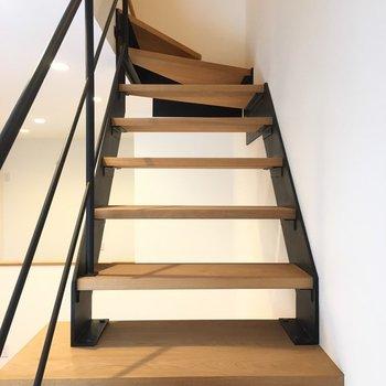 階段を上がりましょう。※写真は反転間取り別部屋のものです