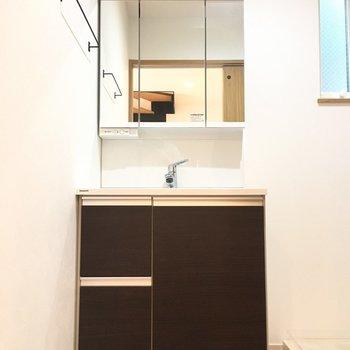 独立洗面台もモノトーンでしたよ※写真は反転間取り別部屋のものです