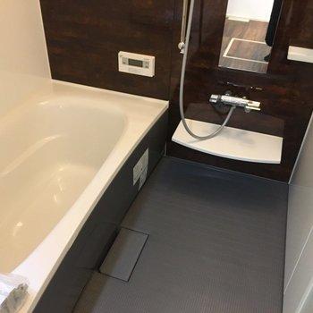 バスルームはモノトーンで。※写真は反転間取り別部屋のものです