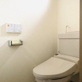 トイレには窓もあり明るい