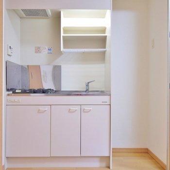 扉を開けるとキッチンがお出まし。※写真は9階部分の別室です。
