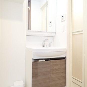 洗面台と、※写真と文章は10階同間取り別部屋のものです。細部は異なることがあります。