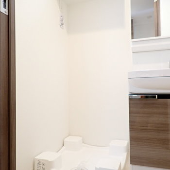 洗濯機。脱衣所の広さは十分ですね※写真と文章は10階同間取り別部屋のものです。細部は異なることがあります。