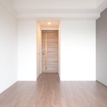 床は木調です!※写真と文章は10階同間取り別部屋のものです。細部は異なることがあります。