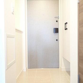 玄関左手にはカウンターがあります※写真と文章は10階同間取り別部屋のものです。細部は異なることがあります。
