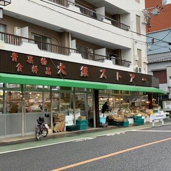 お部屋の側には八百屋さんや豆腐屋さんがあります