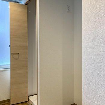 キッチン後ろには冷蔵庫置場と洗濯機置場
