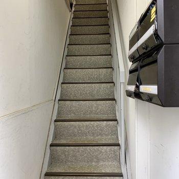 お部屋までは階段です。幅は狭めなので、大きい荷物のときは注意です。