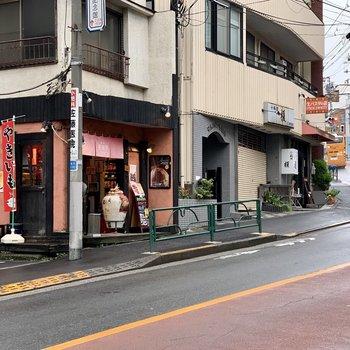 駅前には焼き芋屋さんやオシャレなカフェも
