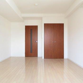 シンプルだけど扉の色が大人な雰囲気。※写真は14階同間取り・別部屋のものです。