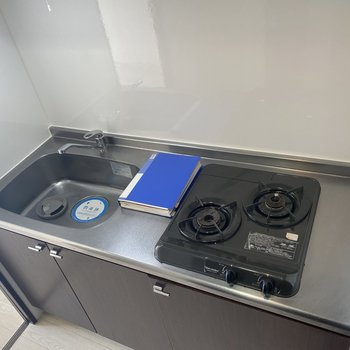 シンプルなキッチン。シンクは大きめです。