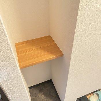 何かと便利な棚。お気に入りの小物を並べても◎