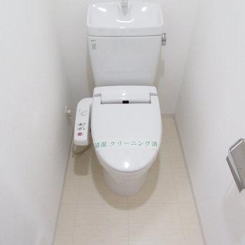 トイレは温水洗浄便座付き。※写真は10階同間取り・別部屋のものです。