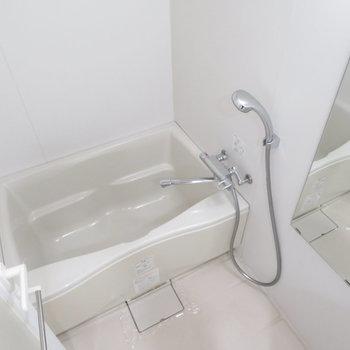 清潔感のあるお風呂。※写真は10階同間取り・別部屋のものです。