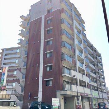 1階はテナントが入っています。9階建てのマンションです。