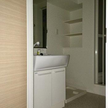 洗面台も大きい!この配置は使い勝手良さそう。(※写真は6階の反転間取り別部屋、通電前のものです)