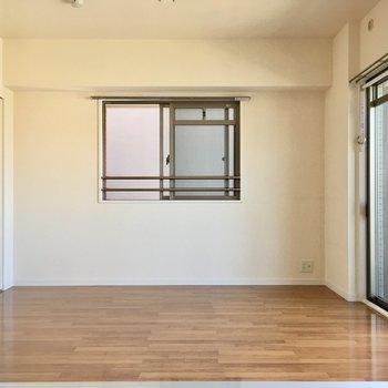お隣は5.1帖洋室。(※写真は6階の反転間取り別部屋のものです)