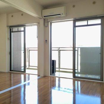 窓は大きく2面分。気持ちのいい毎日を・・・(※写真は6階の反転間取り別部屋のものです)