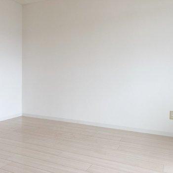 壁側はテーブルやソファなどを置いてダイニングとして。
