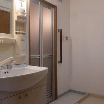 お次は洗面室をご紹介。※写真は1階の反転間取り別部屋のものです