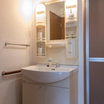 洗面台のサイドには体重計などが立て掛けておけそう。※写真は1階の反転間取り別部屋のものです