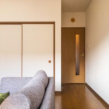 【LDK】リビングから和室へ行くことができます。※写真は1階の反転間取り別部屋のものです