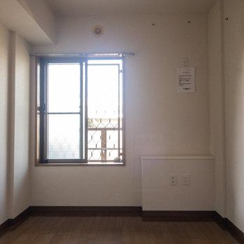 【居室5.3帖】玄関向かって右手側の洋室から。※写真は1階の反転間取り別部屋のものです