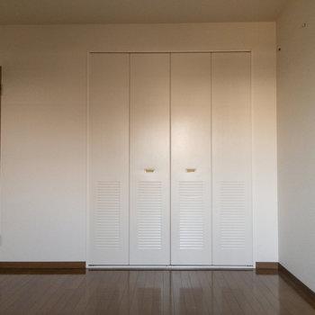 【居室5.8帖】もちろん収納がありますよ。※写真は1階の反転間取り別部屋のものです