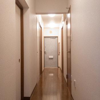 さて、廊下に出てきました。※写真は1階の同間取り別部屋のものです