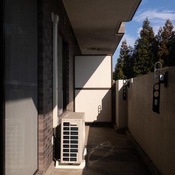 バルコニーでは外干しを。※写真は1階の同間取り別部屋のものです