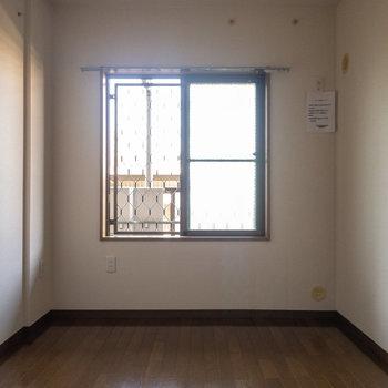【居室5.8帖】ここは玄関向かって左手側のお部屋です。※写真は1階の同間取り別部屋のものです