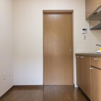 キッチンスペースにやってきました。扉の奥は洗面所です。※写真は1階の同間取り別部屋のものです