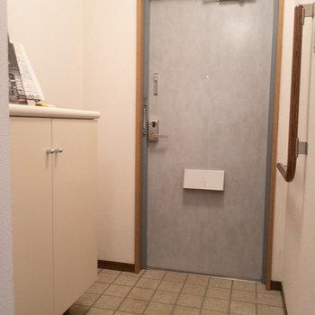 玄関もレベル差の少ない仕様に。※写真は1階の同間取り別部屋のものです