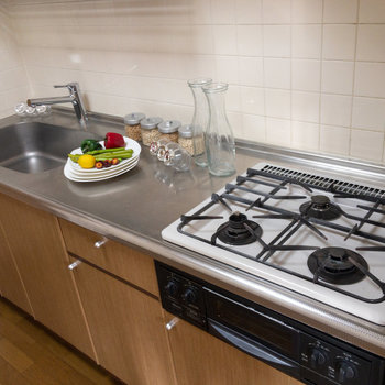 3口コンロでグリル付き。広々の調理スペースです。※写真は1階の同間取り別部屋のものです