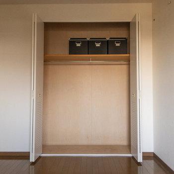 【居室5.8帖】写真のようにカラーボックス等を活用したいですね。