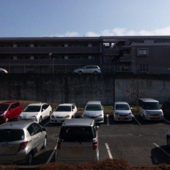 眺望は駐車場です。1階ですが空が大きく見えます。