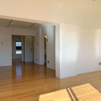 【リビング8.2帖】窓側から。キッチンとその奥に洋室があります。
