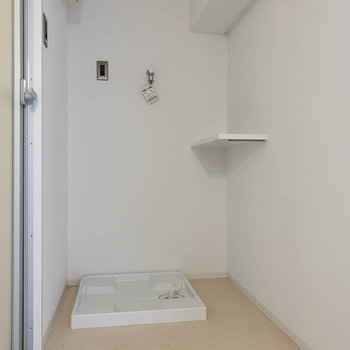 洗面台の後ろ、扉を開けると脱衣所です。