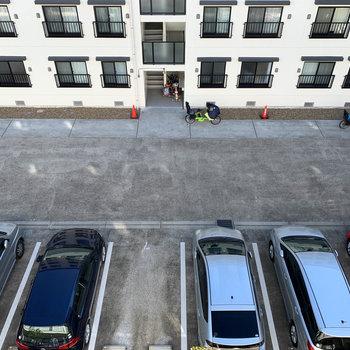 下を向くと共用部の駐車場。