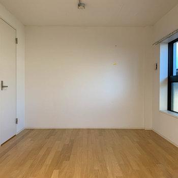 【洋室8.6帖】向かいの左側にウォークインクローゼットがあります。