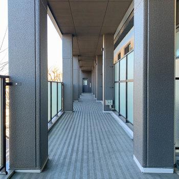 共用部廊下は天井が高い空間。