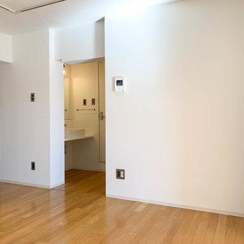【DK4.4帖】後ろの壁沿いにテーブルを置いたり、ラックで調理家電を置くのも良いですね。